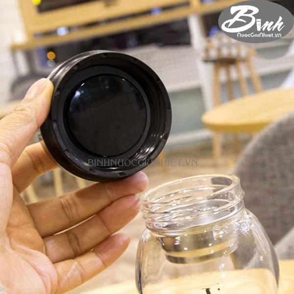Glass jar keeps heat